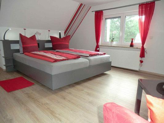 Das rote Schlafzimmer mit nett gestaltetem Ambiente