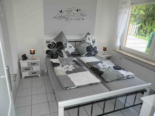 Das graue Schlafzimmer, mit TV+DVD