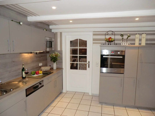 Hochwertige Einbauküche mit allen elektrischen Geräten und Abstellraum..
