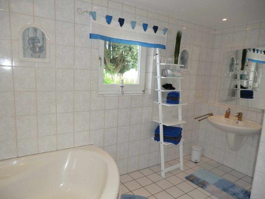 Großes Bad mit Eckbadewanne, Dusche, Fußbodenheizung, viel Platz u. Bidet