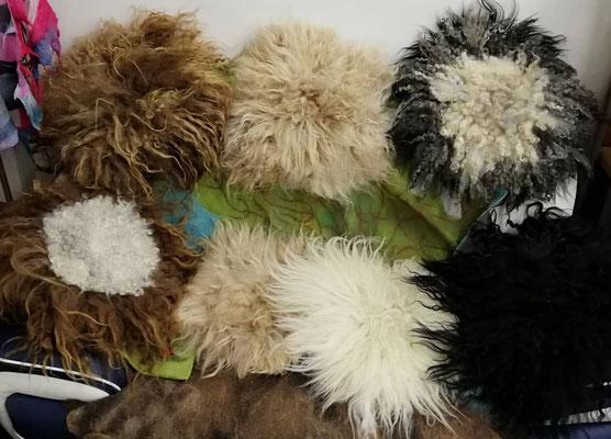Gefilzte Sitzauflagen in rund in ca. 40x40 cm, 100% Wolle, Preise auf Anfrage.