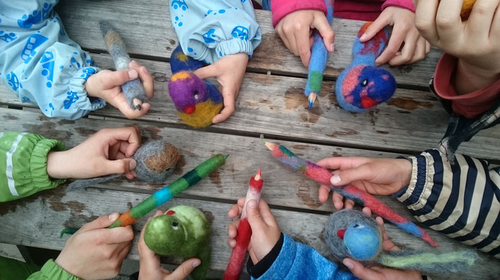Filzvögelchen und eingefilzte Buntstifte