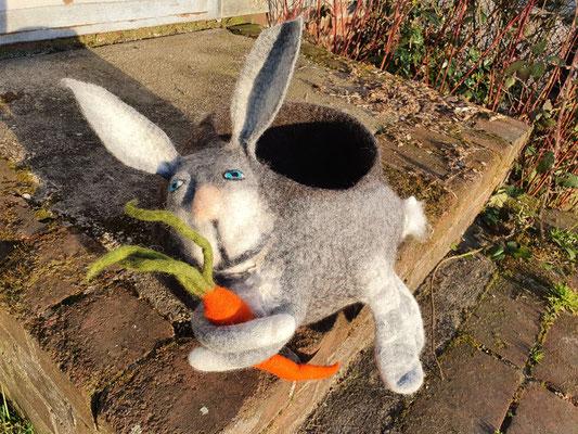 Sehr stabil gefilzter Korb mit Hase in 3D Optik, 25 cm Durchmesser, 100% Wolle, Preis auf Anfrage