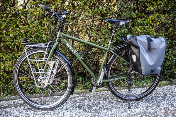 so sieht das fertige Surley-Rad aus, mit Gepäcktaschenvorrichtungen vorne und hinten