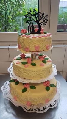 Hochzeitstorte 3 stöckig mit weißer Schokolade und personalisiertem Cake Topper