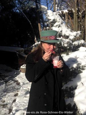 Rosa Rossi genießt ein Schnee-Eis im Winter