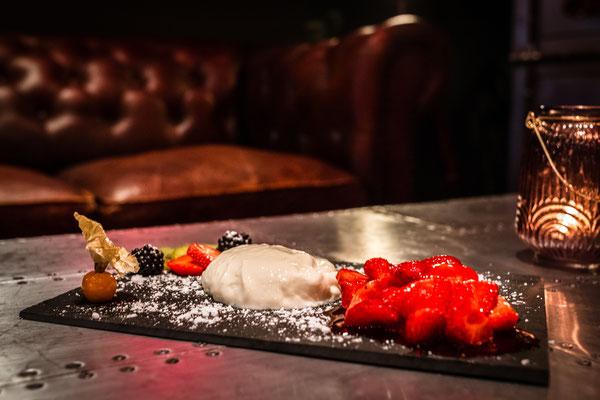 """Cafe Leonardo© - Hausgemachte """"Panna Cotta"""" mit Erdbeersauce und frischen Früchten"""