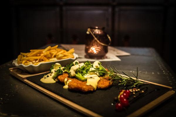 """Cafe Leonardo© - Schnitzel """"Amsterdam"""" mit Broccoli serviert auf Schieferstein"""