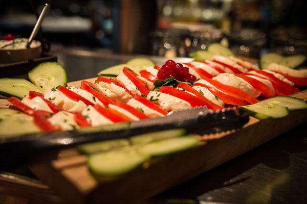 Cafe Leonardo© - Tomate Mozzarella, große Salatbar, frische Früchte & Käseauswahl