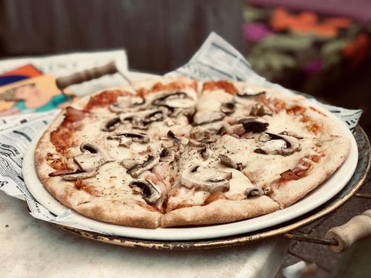 """Cafe Leonardo© - Pizza """"Funghi e Prosciutto"""" als der Klassiker der italienischen Küche"""