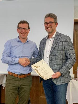 Hariolf Löffelad erhält für seine langjährige Tätigkeit als 1. Vorsitzender von Johannes Enssle die Ehrennadel in Gold
