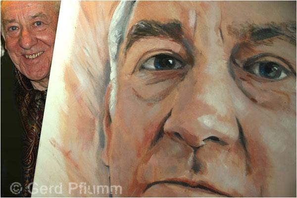Dieter Hallervorden mit seinem Portrait aus dem Atelier Pflumm