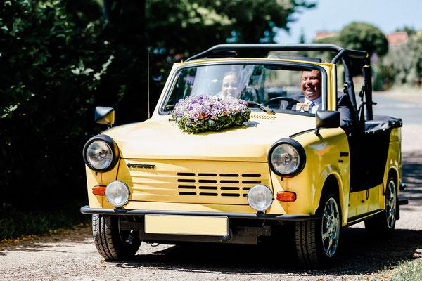 Braut im Trabant zur Hochzeit