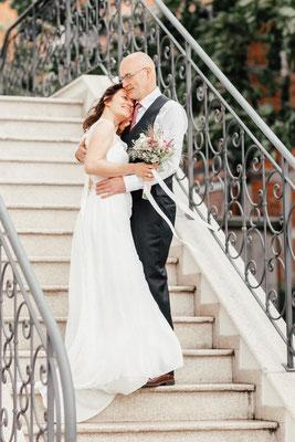 Hochzeitsfoto auf der Treppe des Wyndberg Hotels in Lüneburg