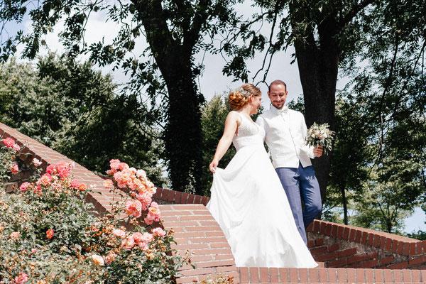 Brautpaar auf dem Weg zur Hochzeitsfeier
