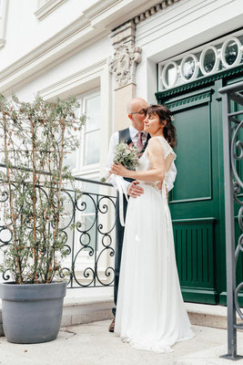 Hochzeitspaar vor dem Wyndberg Hotel in Lüneburg
