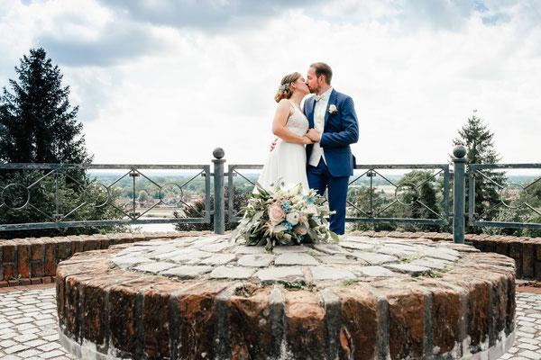 Brautpaar im Fürstengarten über der Elbe