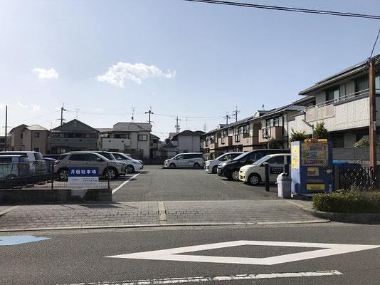 駐車場入口(青い自動販売機が目印です)入口左側No.17にお停めください
