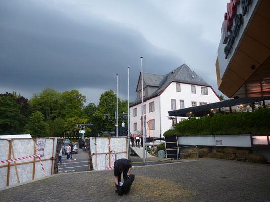Die Gewitterfront mit Starkregen rollt an