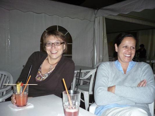 Die Mädels an Cocktails