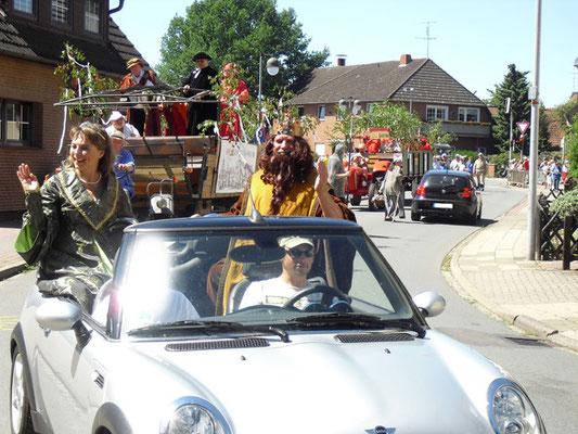 Kaiser und Kaiserin im Open-Air Gefährt