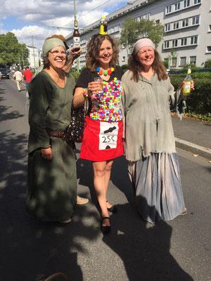 Da trifft man auch noch ehemalige Apfelweinköniginnen in neuem Kostüm.
