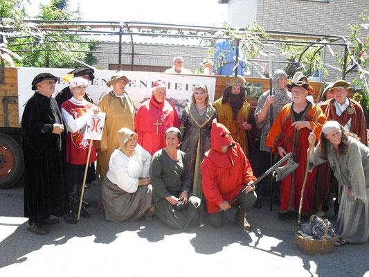 Die Schelmenspieler und Co. kurz vor dem großen Festumzug durch Bergen