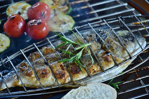Fisch, insbesondere fetter Seefisch, enthält jede Menge Omega-3-Fettsäuren. Ein bis zweimal Fisch pro Woche sind optimal
