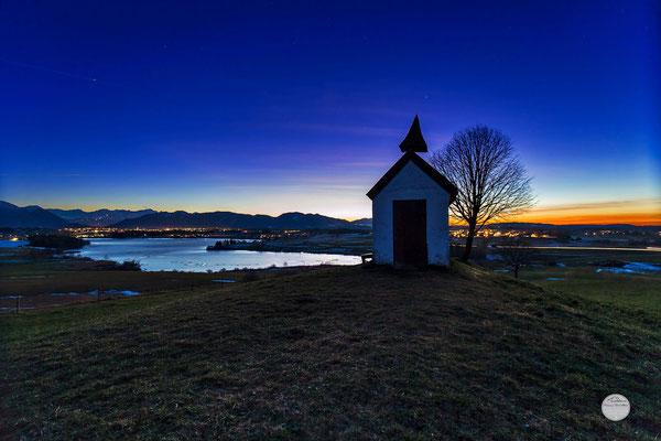 "Bild: Mesnerhauskapelle, Aidlinger Höhe, Riegsee, ""blue hour land"", www.2u-pictureworld.de"
