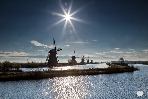 "Bild: windmills of Kinderdijk at river, Netherlands, ""water ways of Kinderdijk"", www.2u-pictureworld.de"
