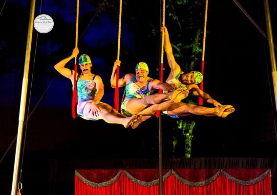 """Bild: Welttheater der Straße Schwerte 2015, Artistengruppe """"Elegants"""" aus Spanien, """"Dehnübung"""", www.2u-pictureworld.de"""