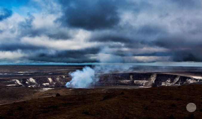 "Bild: Kilaua Caldera at Volcano Nationalpark, Hawaii, ""Kilaua caldera`s smoke""; www.2u-pictureworld.de"