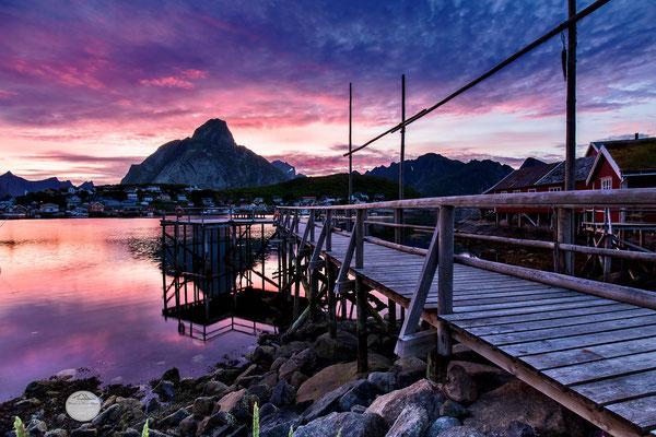 "Bild: Reine at night, Moskenesoya Lofoten island, ""red velvet night"", www,2u-pictureworld.de"