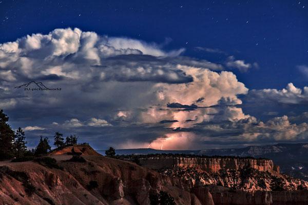 """Bild: """"Wetterleuchten"""", Brice Canyon"""