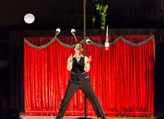 """Bild: Welttheater der Straße Schwerte 2015, Artistengruppe """"Elegants"""" aus Spanien, """"4 Keulen in der Luft - was nun?"""", www.2u-pictureworld.de"""