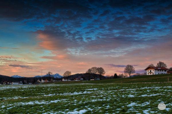 """Bild: Ortsteil von Großweil mit Alpenblick, Bayern, """"Großweil early morning hours""""; www.2u-pictureworld.de"""