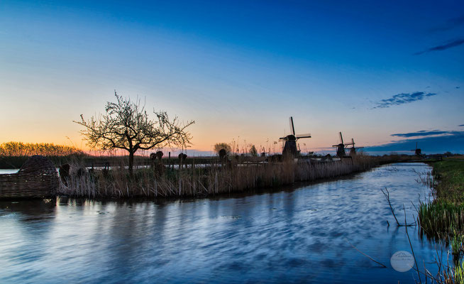 "Bild: windmills of Kinderdijk early in the morning, Netherlands, ""morning glow""; www.2u-pictureworld.de"