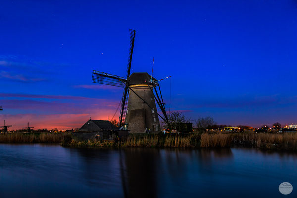 "Bild: windmill of Kinderdijk in the blue morning hour; Netherlands; ""between night and day at Kinderdijk""; www.2u-pictureworld.de"