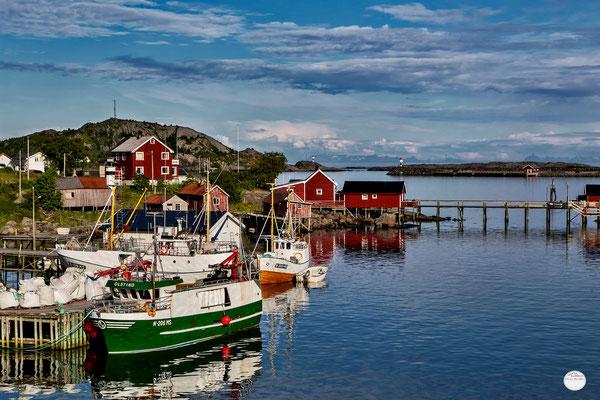 """Bild: Hafenmole Reine, Lofoten, Norwegen, """"sunlight village Reine""""; www.2u-pictureworld.de"""