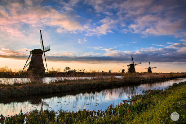 "Bild: windmills of Kinderdijk in the early morning, Netherlands, ""in the morning row""; www.2u-pictureworld.de"