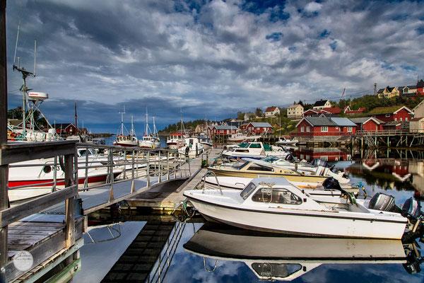 """Bild: Sorvagen harbour, Moskenesoya Island, Lofoten, Norway, Sorvagen harbour livingr""""; www.2u-pictureworld.de"""