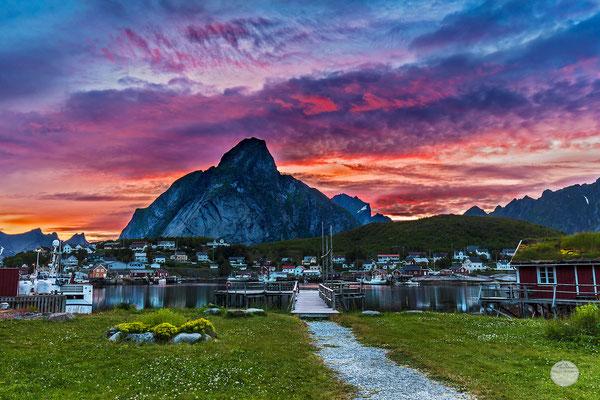 """Bild: Reine bei Sonnenuntergang, Moskenesoya Lofoten island, """"Rorbuer seen sunset"""", www,2u-pictureworld.de"""