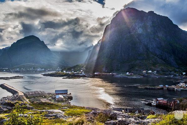 """Bild: cove of Sorvagen, Moskenesoya Island Norway, """"sunrays""""; www.2u-pictureworld.de"""