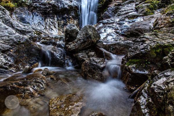 """Bild: Wasserfall Wanderweg Schenna-Videgg Suedtirol, """"umspült"""", www.2u-pictureworld.de"""