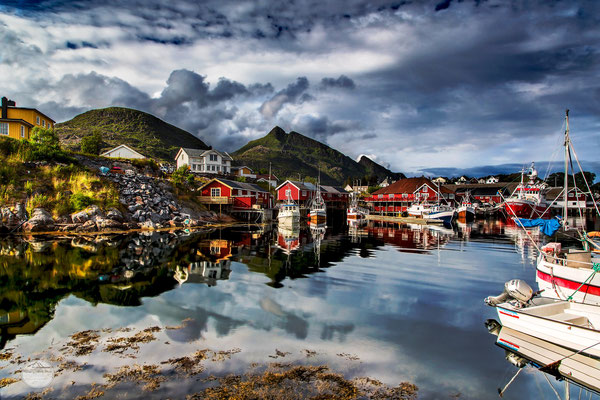 "Bild: port of Sorvagen, Moskenesoya Norway, ""double world - Sorvagen port""; www.2u-pictureworld.de"