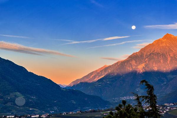"""Bild: Schenna in Suedtirol, """"Monduntergang am Morgen"""", www.2u-pictureworld.de"""