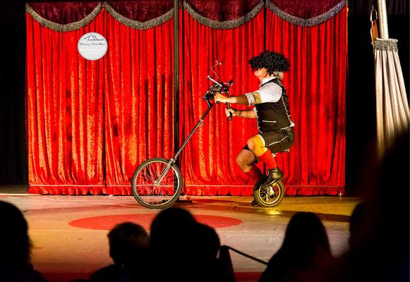"""Bild: Welttheater der Straße Schwerte 2015, Artistengruppe """"Elegants"""" aus Spanien, """"Sichtfahrt"""", www.2u-pictureworld.de"""