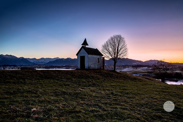 "Bild: Mesnerhauskapelle, Aidlinger Höhe, Riegsee, ""blue hour land2"", www.2u-pictureworld.de"