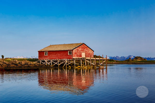 "Bild: Nordmeer, Vesteralen, ""cabin in red"", www.2u-pictureworld.de"