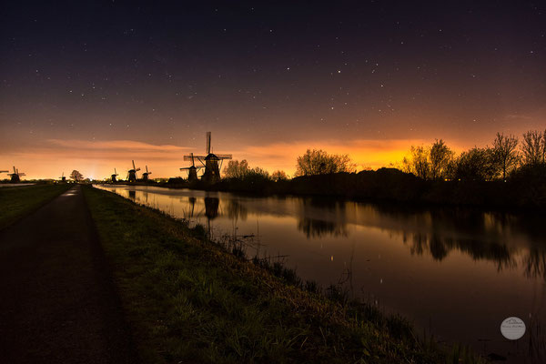 "Bild: Kinderdijk windmills at night, Netherlands, ""starry cloudy night""; www.2u-pictureworld.de"